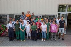 Großes Gruppenfoto vor der Montagehalle.
