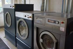 Gewerbliche Waschmaschinen bewältigen große Wäschemengen.