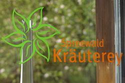 Das Logo der Kräuterey auf der Ladentür.