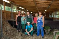 Mitarbeiter und Gruppenleiter der Tierhaltung auf dem Biohof.