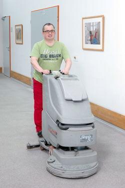 Das Arbeiten mit der Wischmaschine gehört zum Alltag im Servicebereich.