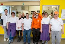 Mitarbeiter des Cateringteams mit Betreuungsassistentin.