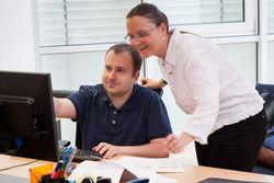 Beschäftigte und Mitarbeiter arbeiten Hand in Hand.