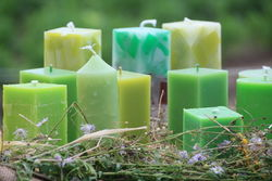 Farbenfrohe Kerzen, präsentiert beim Hoffest.