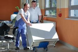 Mitarbeiter des Fahrdienstes des FDS übernehmen kleinere Transporte.
