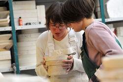 Mitarbeiterinnen der Keramikwerkstatt.