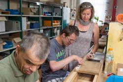 Arbeiten mit Hilfsvorrichtungen in der Dübelproduktion.