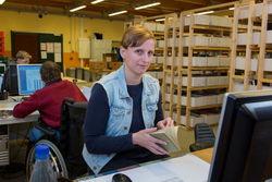 Der Arbeitsbereich Buchversand bietet PC-Arbeitsplätze für Mitarbeiter.