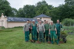 Mitarbeiter mit Gruppenleiter in der Schlossgärtnerei.